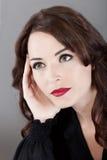 oddalona piękna przyglądająca myśląca kobieta Zdjęcie Stock