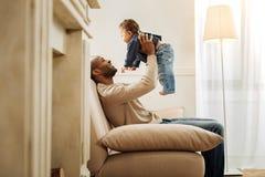 Oddany ojciec wydaje czas z jego dzieckiem zdjęcie stock