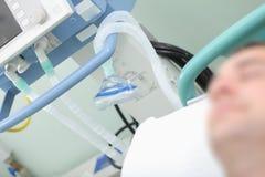 Oddechowy wyposażenie na tle sypialny pacjent w t Zdjęcie Stock