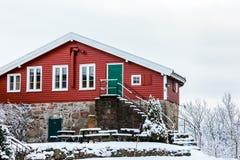 Odderoya在克里斯蒂安桑,挪威- 2018年1月17日:Krutthuset,老,红色粉末房子从1697 冬天,雪 库存照片