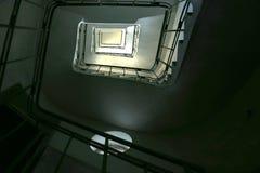 Oddolny ślimakowaty rocznika schody w starym budynku od dna zdjęcia stock