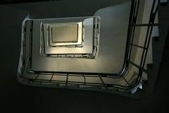 Oddolny ślimakowaty rocznika schody w starym budynku od dna fotografia stock