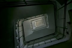 Oddolny ślimakowaty rocznika schody w starym budynku od dna fotografia royalty free