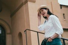 Oddolny widok azjatykci kobiety śmiać się obraz stock