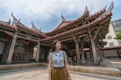 Oddolny widok azjatykcie kobiety odwiedza w świątyni zdjęcie stock