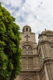 Oddolny widok Dormition matka bóg katedra w Varna, Bułgaria, z drzewem, na chmurnym niebieskie niebo dniu fotografia royalty free
