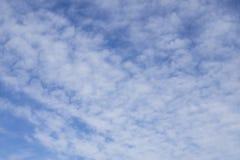 Oddolny widok, fala softy i białe puszyste chmury pod głębokim niebieskim niebem, obraz royalty free