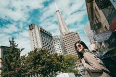 Oddolny widok kobiety pozycja w ulicie fotografia royalty free
