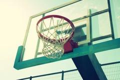 Oddolny widok koszykówka obręcz przeciw niebu zdjęcie stock