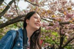 Oddolny widok powabny femal w Sakura fotografia stock