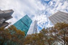 Oddolny widok wysocy Miasto Nowy Jork drapacze chmur na niejednolity chmurnym fotografia stock