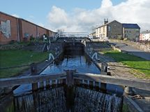 Oddy blokuje na Leeds Liverpool kanał z historycznym kędziorków pastuchów footbridge drewnianymi bramami i zdjęcie royalty free