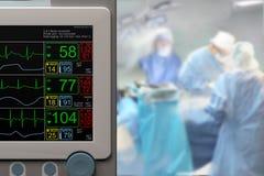 Oddziału intensywnej opieki ICU LCD monitor i trwająca operacja Fotografia Royalty Free