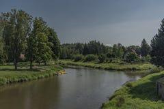 Oddziaływanie rzeki w Protivin miasteczku fotografia royalty free