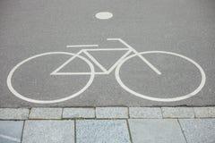 Oddziela rowerowego pas ruchu podpisuje wewnątrz parka Zdjęcie Royalty Free