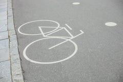Oddziela rowerowego pas ruchu podpisuje wewnątrz parka Fotografia Stock