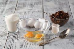 Oddzielony jajeczny biel i yolks w dwa pucharu i łamanego jajecznego shel Zdjęcia Stock