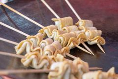 Odeng, um quente, fácil-à-come croquetes de peixe em um espeto foto de stock