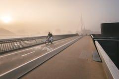 Odense Danmark - Oktober 5, 2015: Dimmig morgon på den Byens broen Royaltyfri Fotografi