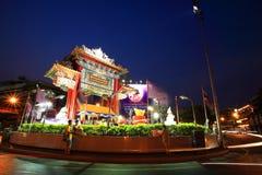 中国城镇网关曲拱,称Odeon圈子,在微明在春节 免版税库存图片
