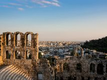 Odeon do Atticus, dos arcos e das fileiras de Herodes dos assentos da inclinação do sul da acrópole em Atenas, Grécia na luz suav imagem de stock