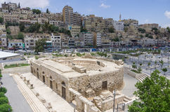 Odeon - liten roman amfiteater i centrum med den Amman cityscaen Royaltyfria Foton