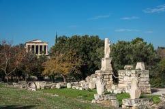 Odeon van Agrippa-standbeelden met Tempel van Hephaestus bij achtergrond stock afbeelding