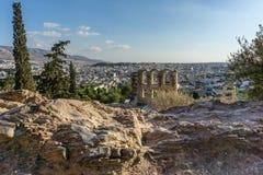 Odeon van Herodes Atticus met modern Athene op de achtergrond stock foto's