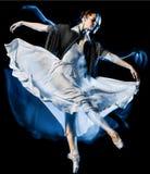 Odern baletniczego tancerza dancingowa kobieta odizolowywał czarnego bacground obrazy stock