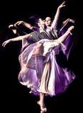 Odern-Ballettt?nzer-Tanzen Frau lokalisiertes schwarzes bacground lizenzfreie stockfotos