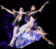 Odern-Ballettt?nzer-Tanzen Frau lokalisiertes schwarzes bacground stockfotografie