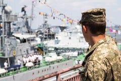 Odesa,乌克兰- 2016年7月03日:乌克兰语国民警卫队的战士在口岸的,守卫在庆祝海军力量期间 免版税库存照片