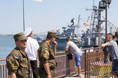 Odesa,乌克兰- 2016年7月03日:乌克兰语国民警卫队的战士在口岸的,守卫在庆祝海军力量期间 免版税库存图片