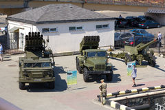 Odesa,乌克兰- 2016年7月03日:军事vehickles ` Uragan `和`毕业`的陈列在庆祝海军期间的强迫天 免版税库存图片