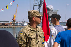 Odesa,乌克兰- 2016年7月03日:口岸的乌克兰军官,守卫在庆祝海军期间强迫天 免版税库存照片