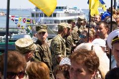 Odesa,乌克兰- 2016年7月03日:口岸的乌克兰士兵,守卫在庆祝海军期间强迫天 免版税库存照片