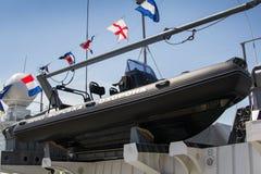Odesa,乌克兰- 2016年7月03日:在军舰上的充气救生艇为登陆和巡逻 的题字 免版税库存图片