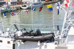Odesa,乌克兰- 2016年7月03日:在军舰上的充气救生艇为登陆和巡逻 的题字 免版税库存照片