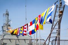 Odesa,乌克兰- 2016年7月03日:在军舰的欢乐海军旗子 庆祝乌克兰海军强迫天 免版税库存图片