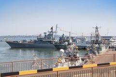 Odesa,乌克兰- 2016年7月03日:在庆祝天海军力量期间,战舰司令官SAHAYDACHNY靠了码头在口岸 库存图片