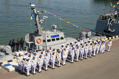 Odesa,乌克兰- 2016年7月03日:新的装甲的小船的背景的水手在命名仪式的船期间的 免版税库存照片