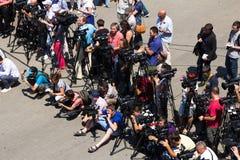 Odesa,乌克兰- 2016年7月03日:通讯员和cameramans在傲德萨海口船坞在庆祝时 库存照片