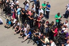 Odesa,乌克兰- 2016年7月03日:通讯员和cameramans在傲德萨海口船坞在庆祝时 免版税库存图片