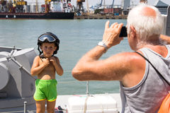 Odesa, Ουκρανία - 3 Ιουλίου 2016: Παππούς που φωτογραφίζει ένα αγόρι στο στρατιωτικό κράνος στο νέο θωρηκτό «Akerman Στοκ εικόνα με δικαίωμα ελεύθερης χρήσης