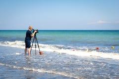 Odesa, Украина - 4-ое июня 2016: Человек телекамеры снимая spo пляжа Стоковое Изображение