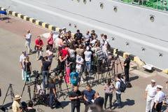 Odesa, de Oekraïne - Juli 03, 2016: correspondenten en cameramans op de dokken van de zeehaven van Odessa tijdens viering Royalty-vrije Stock Fotografie