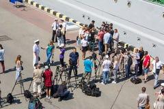 Odesa, de Oekraïne - Juli 03, 2016: correspondenten en cameramans op de dokken van de zeehaven van Odessa tijdens viering Royalty-vrije Stock Foto's