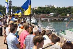 Odesa, de Oekraïne - Juli 03, 2016: mensen met vlaggen op de dokken van de zeehaven van Odessa tijdens dag van de vierings de Oek Stock Foto's