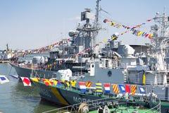 Odesa, Ucrânia - 10 de julho de 2016: O HETMAN SAHAYDACHNY da navio de guerra entrou no porto durante forças da MARINHA do dia da Fotografia de Stock