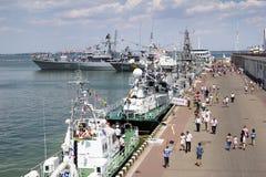 Odesa, Ucrânia - 10 de julho de 2016: O HETMAN SAHAYDACHNY da navio de guerra entrou no porto durante forças da MARINHA do dia da Fotos de Stock Royalty Free